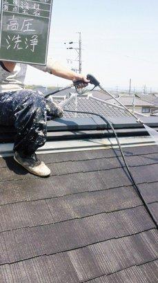 屋根高圧洗浄中.JPG